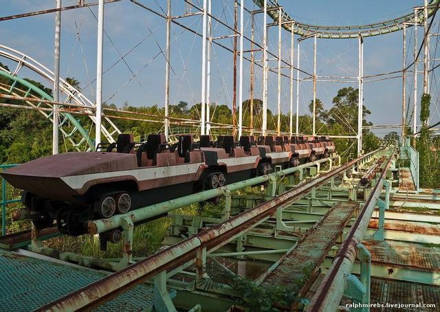 Công viên giải trí bỏ hoang ở Nhật: Nằm cạnh khu rừng tự sát nổi tiếng, bức tượng khổng lồ rùng rợn nằm giữa trung tâm - Ảnh 11.