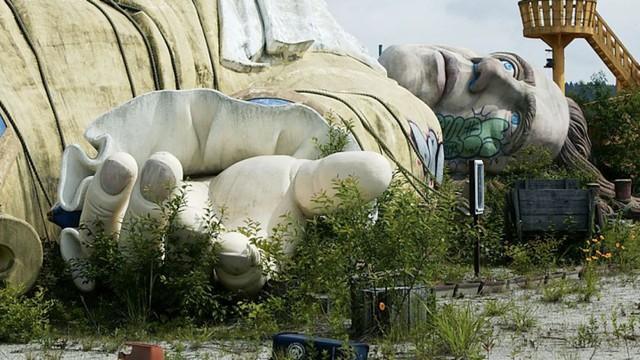 Công viên giải trí bỏ hoang ở Nhật: Nằm cạnh khu rừng tự sát nổi tiếng, bức tượng khổng lồ rùng rợn nằm giữa trung tâm - Ảnh 3.