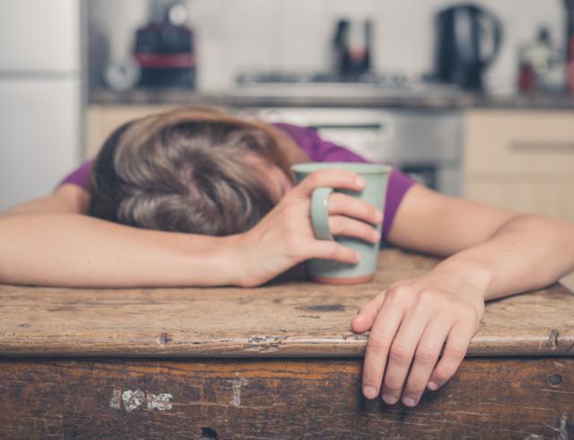 17 thói quen thường ngày đang vắt kiệt năng lượng của bạn, số 5 phải loại bỏ ngay nếu không muốn ngày nào cơ thể cũng cạn pin - Ảnh 1.