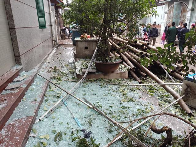 Bắc Ninh: Sức công phá của vụ nổ khủng khiếp đến nỗi tạo ra hố sâu lớn, nhiều cửa kính cường lực cách 200-300 mét vỡ nát - Ảnh 1.