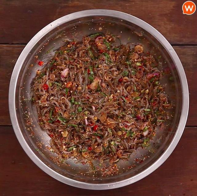 Món ăn sống còn nhảy tanh tách, ai cũng muốn bỏ chạy nhưng rất nổi tiếng ở Thái Lan - Ảnh 1.