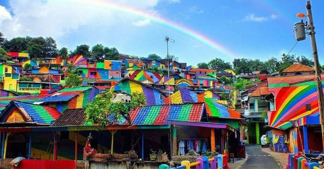 Từ một khu ổ chuột, ngôi làng này đã lột xác thành vùng đất rực rỡ sắc màu cầu vồng, thu hút hàng nghìn khách du lịch tham quan - Ảnh 1.