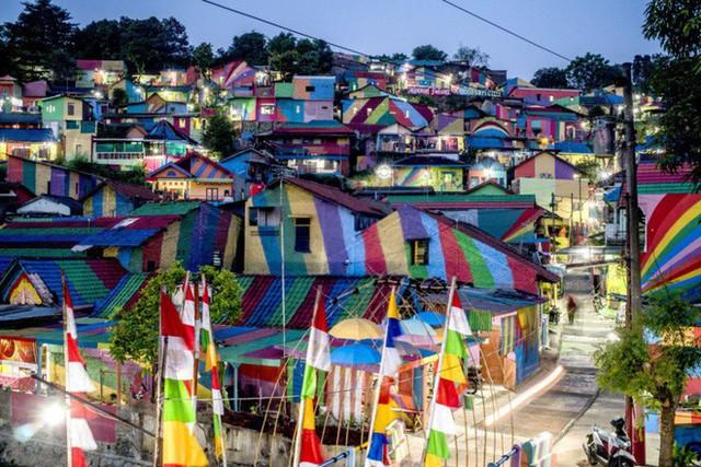 Từ một khu ổ chuột, ngôi làng này đã lột xác thành vùng đất rực rỡ sắc màu cầu vồng, thu hút hàng nghìn khách du lịch tham quan - Ảnh 2.