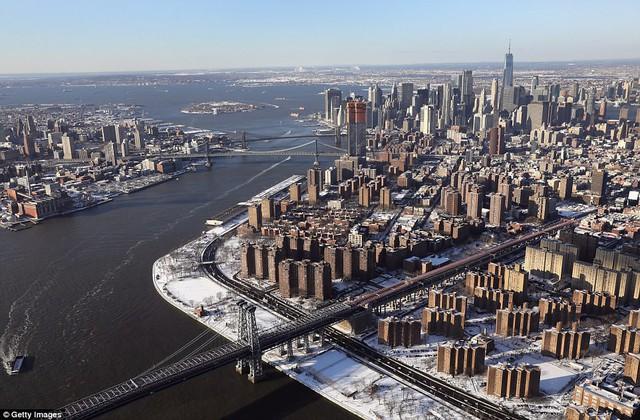 Sau trận bão tuyết kinh hoàng, thành phố New York hoang tàn, ảm đạm như trong phim Ngày Tận Thế - Ảnh 1.