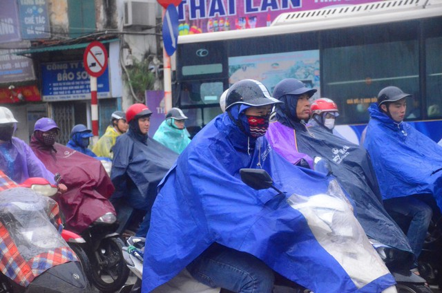 Rét đậm rét hại bao trùm Hà Nội, người dân chật vật đi làm trong mưa lạnh buốt với nền nhiệt chỉ còn 10 độ C - Ảnh 1.