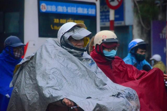Rét đậm rét hại bao trùm Hà Nội, người dân chật vật đi làm trong mưa lạnh buốt với nền nhiệt chỉ còn 10 độ C - Ảnh 2.