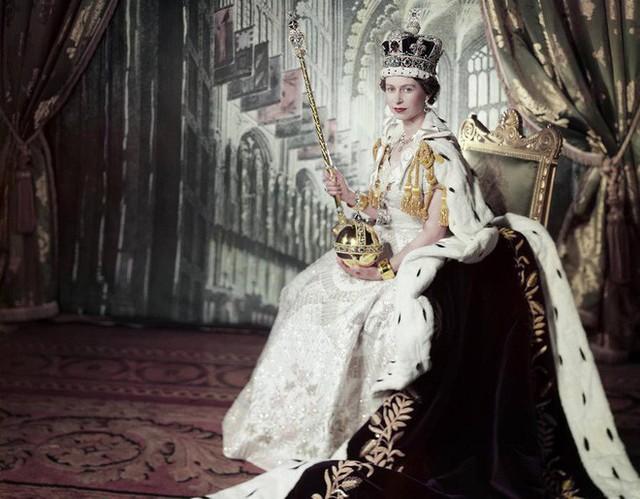 Nữ hoàng Anh lần đầu hé lộ bí mật về cỗ xe ngựa vàng sau 65 năm đăng quang - Ảnh 1.