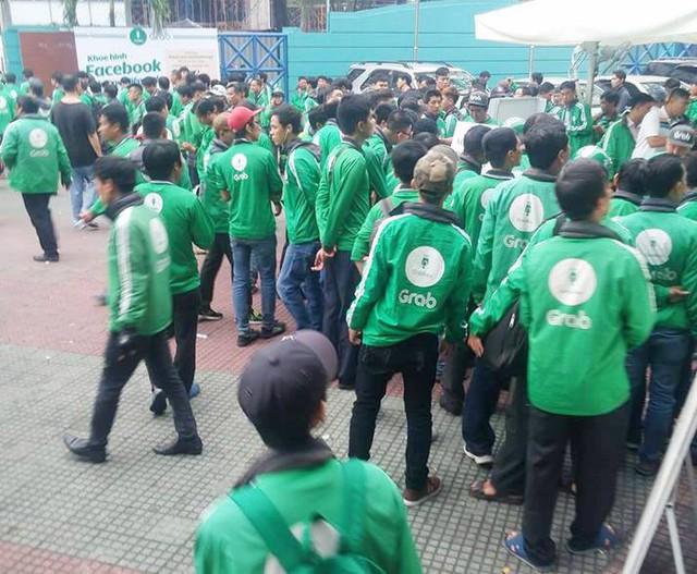Hàng trăm tài xế GrabBike ở Sài Gòn tắt ứng dụng, kéo đến trụ sở công ty để phản đối việc tăng chiết khấu - Ảnh 1.