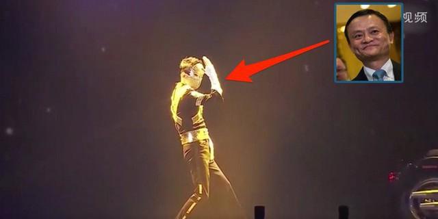 CEO Pony Ma của Tencent gây tranh cãi vì diện đồ hip-hop lên sân khấu để hát nhạc... sến - Ảnh 1.