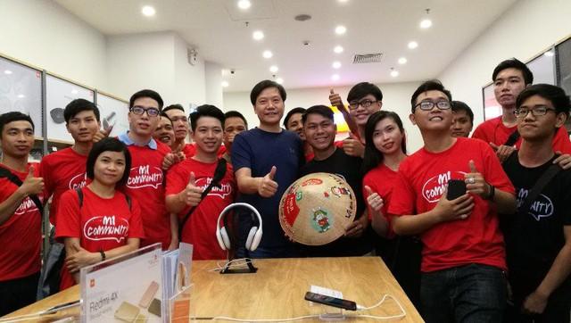 CEO Xiaomi đích thân đi khảo sát cửa hàng Mi Store đầu tiên tại Việt Nam - Ảnh 2.