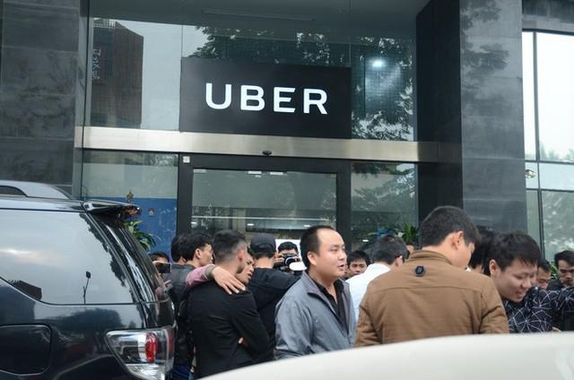 Hàng trăm tài xế Grab, Uber kéo về trụ sở ở Hà Nội để yêu cầu giảm chiết khấu - Ảnh 2.