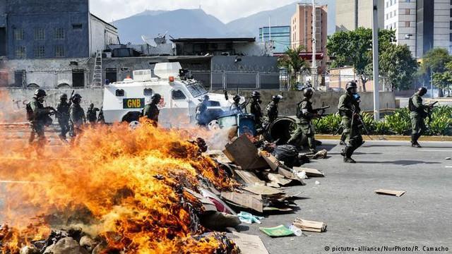 Siêu lạm phát ở Venezuela: Siêu thị không còn hàng để bán, thuốc men không có mà mua, tiền lương một tháng chỉ đủ mua 6 chai dầu gội đầu - Ảnh 4.