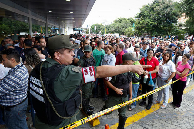 Siêu lạm phát ở Venezuela: Siêu thị không còn hàng để bán, thuốc men không có mà mua, tiền lương một tháng chỉ đủ mua 6 chai dầu gội đầu - Ảnh 6.