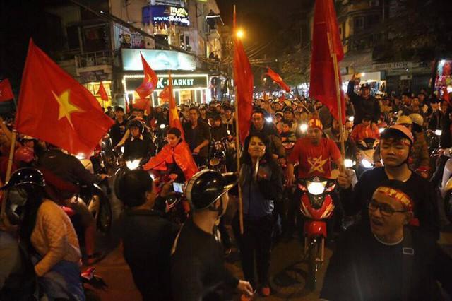 Việt Nam thắng, ai ai cũng muốn đổ ngay ra đường để ăn mừng - có lý giải khoa học cả đấy! - Ảnh 2.