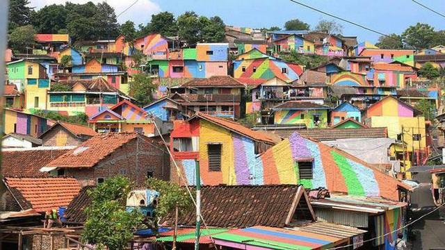 Từ một khu ổ chuột, ngôi làng này đã lột xác thành vùng đất rực rỡ sắc màu cầu vồng, thu hút hàng nghìn khách du lịch tham quan - Ảnh 11.