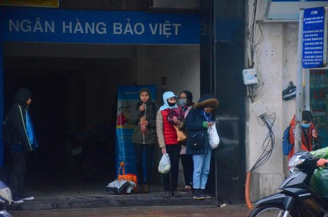 Rét đậm rét hại bao trùm Hà Nội, người dân chật vật đi làm trong mưa lạnh buốt với nền nhiệt chỉ còn 10 độ C - Ảnh 11.