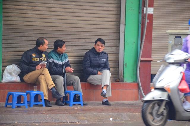 Rét đậm rét hại bao trùm Hà Nội, người dân chật vật đi làm trong mưa lạnh buốt với nền nhiệt chỉ còn 10 độ C - Ảnh 12.