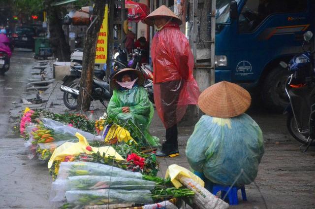 Rét đậm rét hại bao trùm Hà Nội, người dân chật vật đi làm trong mưa lạnh buốt với nền nhiệt chỉ còn 10 độ C - Ảnh 13.