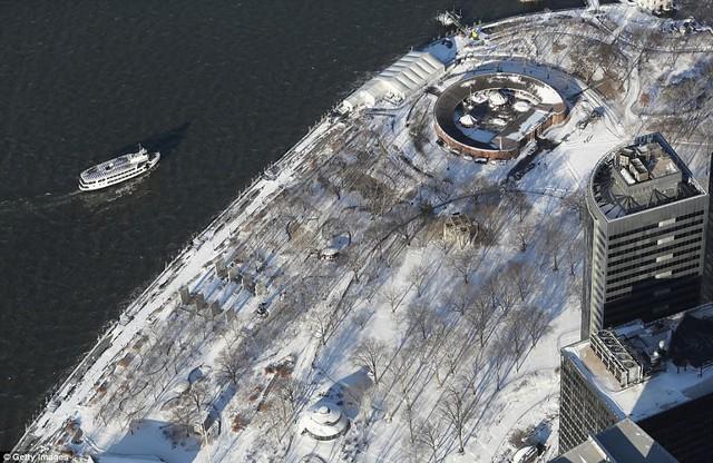 Sau trận bão tuyết kinh hoàng, thành phố New York hoang tàn, ảm đạm như trong phim Ngày Tận Thế - Ảnh 14.