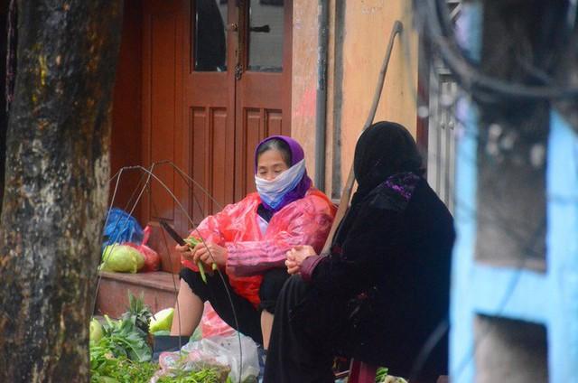 Rét đậm rét hại bao trùm Hà Nội, người dân chật vật đi làm trong mưa lạnh buốt với nền nhiệt chỉ còn 10 độ C - Ảnh 14.