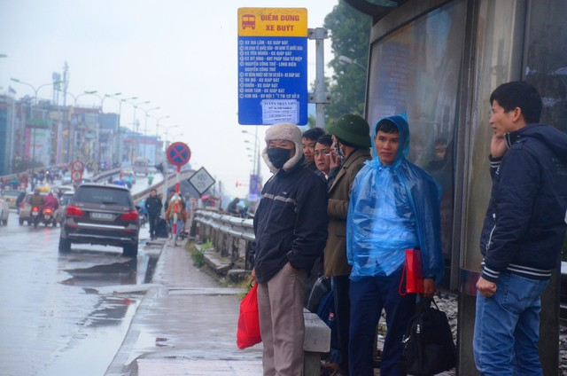 Rét đậm rét hại bao trùm Hà Nội, người dân chật vật đi làm trong mưa lạnh buốt với nền nhiệt chỉ còn 10 độ C - Ảnh 3.