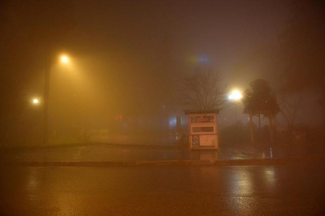 Chùm ảnh: Cả thị trấn Sapa chìm trong sương mù dưới cái rét 4 độ C - Ảnh 3.