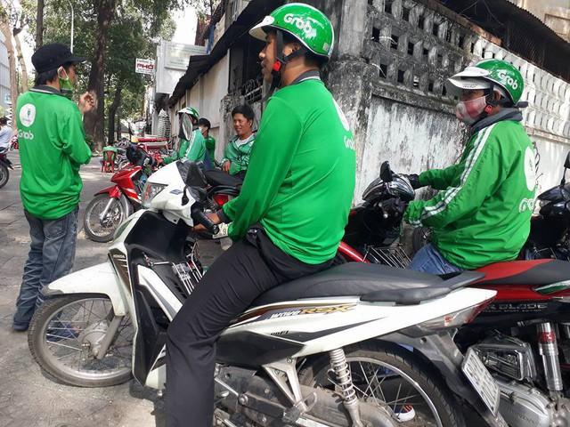 Hàng trăm tài xế GrabBike ở Sài Gòn tắt ứng dụng, kéo đến trụ sở công ty để phản đối việc tăng chiết khấu - Ảnh 3.