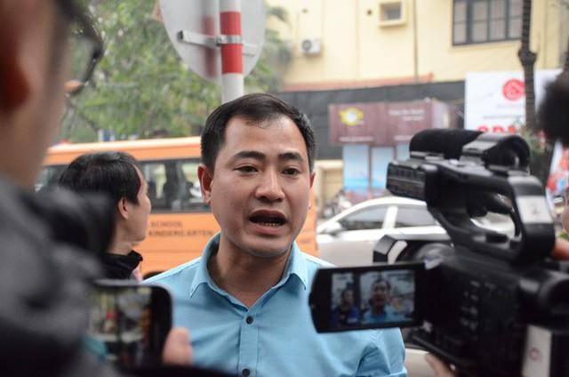 Hàng trăm tài xế Grab, Uber kéo về trụ sở ở Hà Nội để yêu cầu giảm chiết khấu - Ảnh 3.