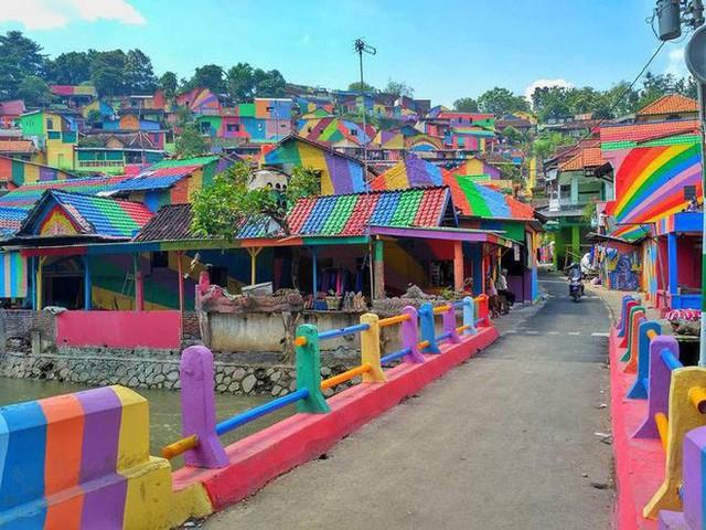 Từ một khu ổ chuột, ngôi làng này đã lột xác thành vùng đất rực rỡ sắc màu cầu vồng, thu hút hàng nghìn khách du lịch tham quan - Ảnh 4.