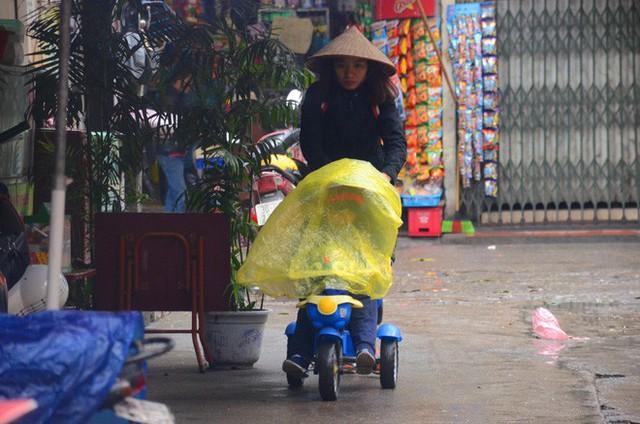 Rét đậm rét hại bao trùm Hà Nội, người dân chật vật đi làm trong mưa lạnh buốt với nền nhiệt chỉ còn 10 độ C - Ảnh 4.