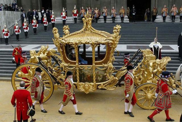 Nữ hoàng Anh lần đầu hé lộ bí mật về cỗ xe ngựa vàng sau 65 năm đăng quang - Ảnh 4.