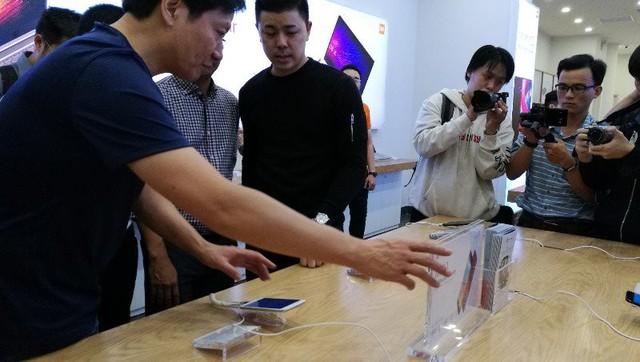 CEO Xiaomi đích thân đi khảo sát cửa hàng Mi Store đầu tiên tại Việt Nam - Ảnh 3.