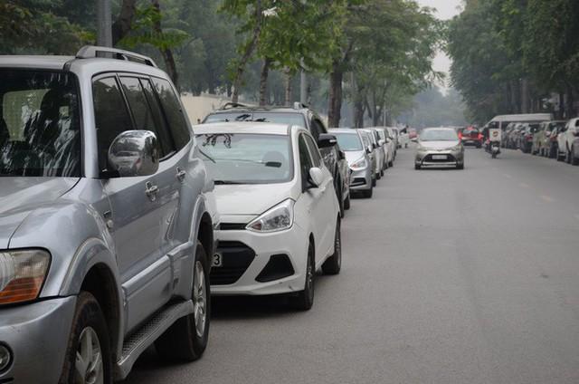 Hàng trăm tài xế Grab, Uber kéo về trụ sở ở Hà Nội để yêu cầu giảm chiết khấu - Ảnh 4.