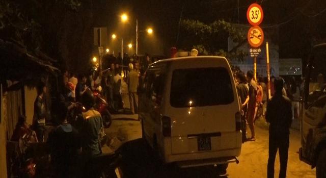 Cận cảnh hiện trường cầu sập khiến ô tô, xe máy rơi xuống sông ở Sài Gòn - Ảnh 5.