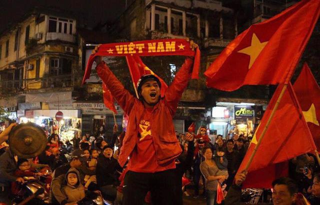Việt Nam thắng, ai ai cũng muốn đổ ngay ra đường để ăn mừng - có lý giải khoa học cả đấy! - Ảnh 4.