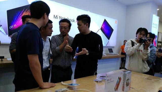 CEO Xiaomi đích thân đi khảo sát cửa hàng Mi Store đầu tiên tại Việt Nam - Ảnh 4.