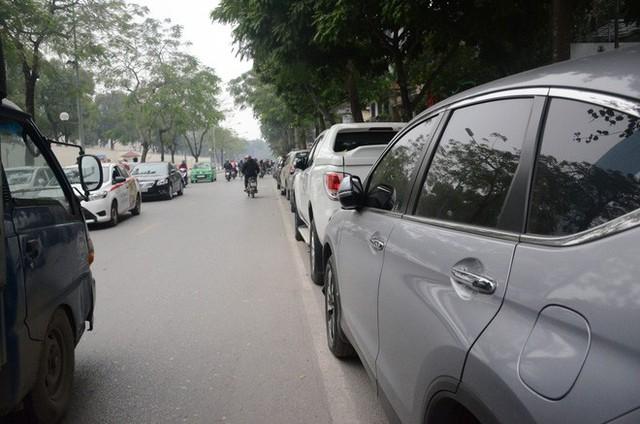 Hàng trăm tài xế Grab, Uber kéo về trụ sở ở Hà Nội để yêu cầu giảm chiết khấu - Ảnh 5.