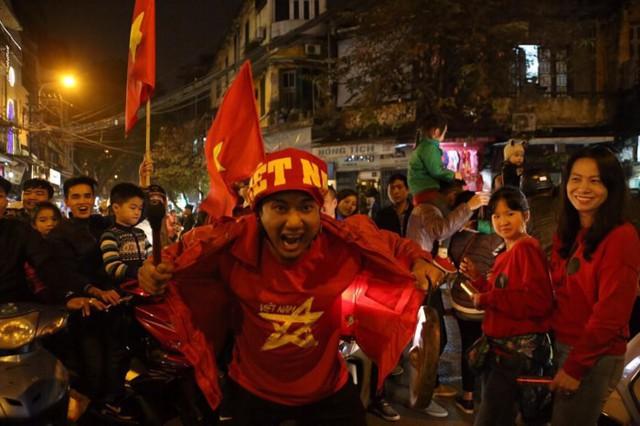 Việt Nam thắng, ai ai cũng muốn đổ ngay ra đường để ăn mừng - có lý giải khoa học cả đấy! - Ảnh 5.