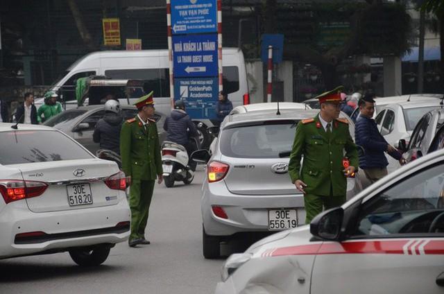 Hàng trăm tài xế Grab, Uber kéo về trụ sở ở Hà Nội để yêu cầu giảm chiết khấu - Ảnh 6.