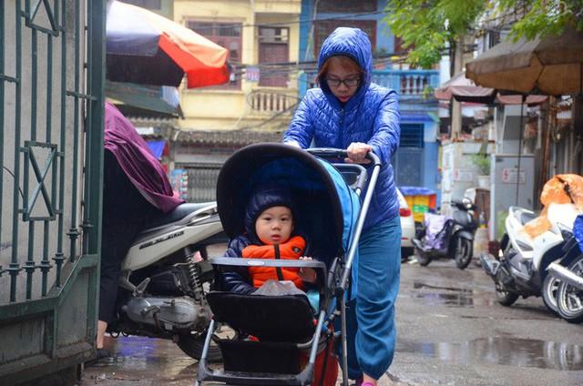 Rét đậm rét hại bao trùm Hà Nội, người dân chật vật đi làm trong mưa lạnh buốt với nền nhiệt chỉ còn 10 độ C - Ảnh 7.