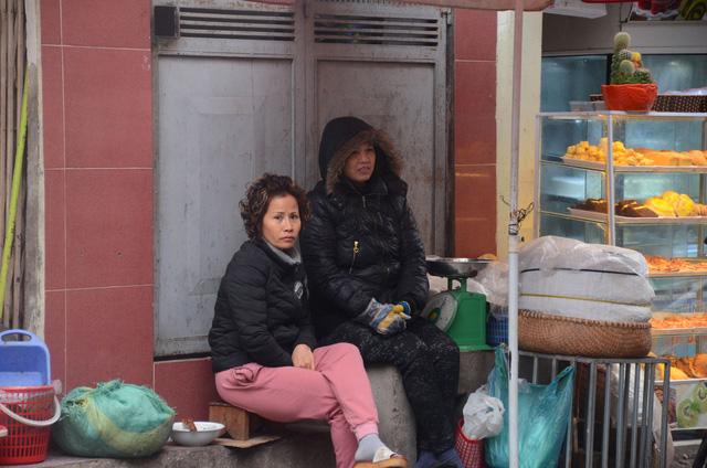 Rét đậm rét hại bao trùm Hà Nội, người dân chật vật đi làm trong mưa lạnh buốt với nền nhiệt chỉ còn 10 độ C - Ảnh 8.