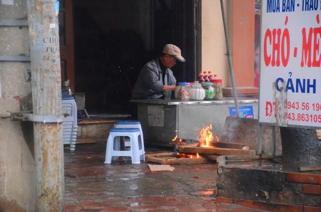 Rét đậm rét hại bao trùm Hà Nội, người dân chật vật đi làm trong mưa lạnh buốt với nền nhiệt chỉ còn 10 độ C - Ảnh 9.