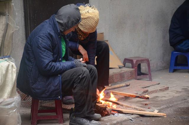 Rét đậm rét hại bao trùm Hà Nội, người dân chật vật đi làm trong mưa lạnh buốt với nền nhiệt chỉ còn 10 độ C - Ảnh 10.
