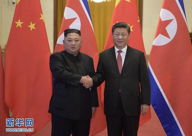 TQ công khai hình ảnh ông Kim Jong-un thăm Bắc Kinh, 2 phu nhân xuất hiện lộng lẫy - Ảnh 1.