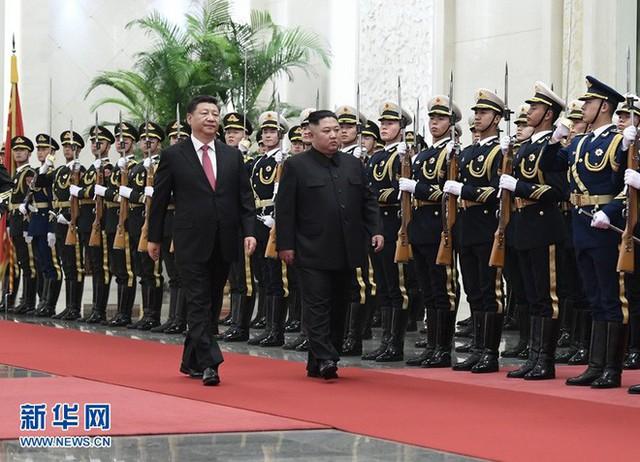 TQ công khai hình ảnh ông Kim Jong-un thăm Bắc Kinh, 2 phu nhân xuất hiện lộng lẫy - Ảnh 2.