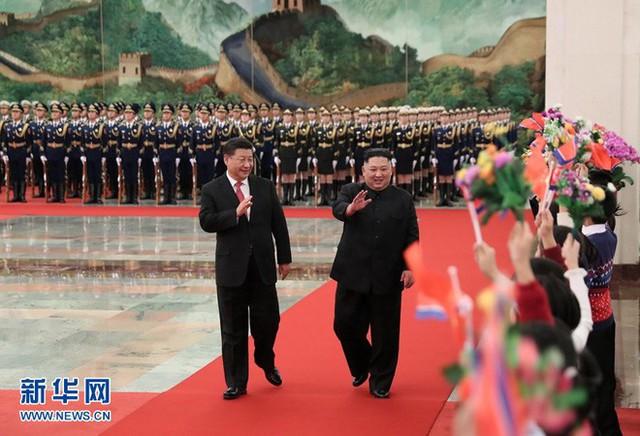 TQ công khai hình ảnh ông Kim Jong-un thăm Bắc Kinh, 2 phu nhân xuất hiện lộng lẫy - Ảnh 4.