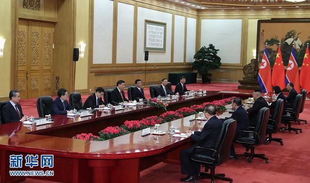 TQ công khai hình ảnh ông Kim Jong-un thăm Bắc Kinh, 2 phu nhân xuất hiện lộng lẫy - Ảnh 6.