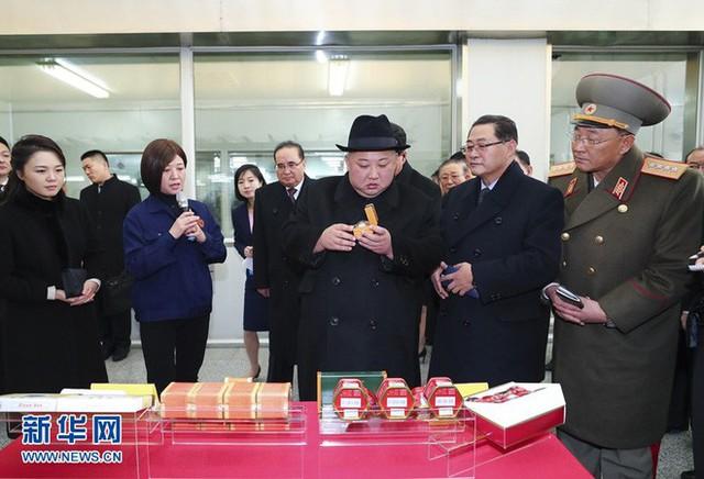 TQ công khai hình ảnh ông Kim Jong-un thăm Bắc Kinh, 2 phu nhân xuất hiện lộng lẫy - Ảnh 9.