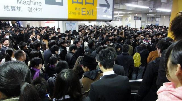 Hành khách ra vào Tokyo mỗi ngày đông hơn cả đội quân xâm lược hung hãn nhất lịch sử - Ảnh 2.