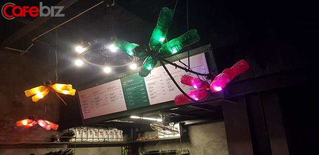 """Quán cà phê tái chế """"độc nhất vô nhị"""" tại Hà Nội: Đồ đạc nhặt nhạnh từ tiệm đồng nát, bãi rác nhưng vẫn được khách Tây vote 5 sao trên TripAdvisor - Ảnh 3."""